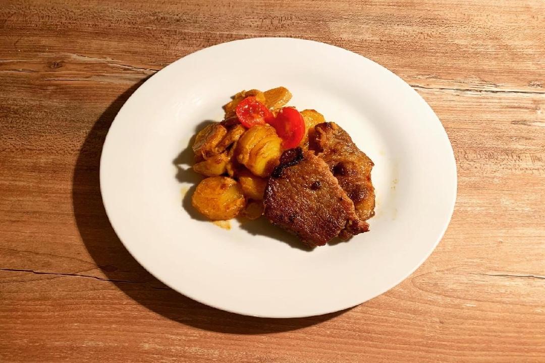Krkovice s kari brambory a smetanou